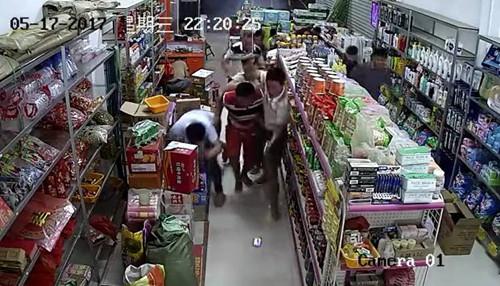 广西数人蒙面持枪超市扫射 受伤人员暂无生命危险
